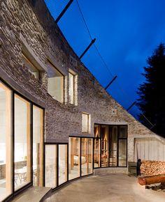 """Valls Villa  Cette maison Suisse de 160m2, appelée """"Vals Villa"""", est entièrement creusée dans la montagne. Conçue par l'agence d'architecture SeARCH (basée entre la Hollande et le Danemark) cette villa a remporté le """"Wallpaper Design Award 2011″ dans la catégorie """"Best new private house""""."""