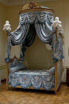 Marie Antoinette bed... so beautiful!