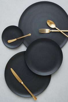 COUNTRYHademade in Italy. COLOR DETAILSoft shade of black. DESCRIPTIONClean, organic and minimal with a matte satin finish. Flat in shape with a slightly raised edge, the perfect canvas for any presentation. *Matching charger available. Bühnen Design, House Design, Design Food, Plate Design, Clean Design, Assiette Design, Dining Ware, Dining Plates, Home Decor Accessories