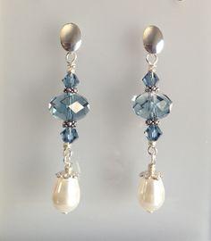 Brincos de prata, com pérola em gota, e cristais.  Os espaçadores são banhados, a base é de prata 950.