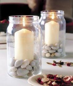 Arranjo de velas feito com pote de maionese e pedrinhas