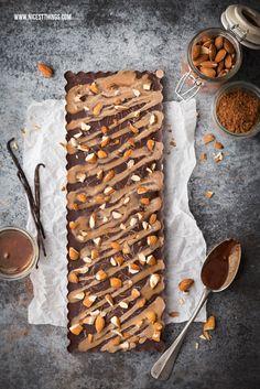 Selbstgemachte vegane Schokolade mit Mandeln