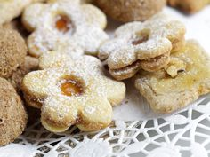 Join our private cooking classes in Vienna – we cordially invite you to our homes! In this christmas cookie baking class, you will learn how to make a variety of delicious Austrian christmas cookies. Baking Classes, Vienna, Chefs, Christmas Cookies, Doughnut, Dates, Invite, Foodies, Join