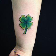 Cute Four Leaf Clover Tattoo Ideen und Designs – Lucky Plant - Tattoo Mini Tattoos, Cute Tattoos, All Tattoos, Four Leaf Clover Tattoo, Clover Tattoos, Tattoo Old School, Tattoo Collection, Shamrock Tattoos, Lucky Plant