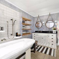 Koupelna do vesnického stavení s dotekem Provence či první republiky, takové bylo zadání investora.    Proto dvě tváře jednoho prostoru, kde v každém z…