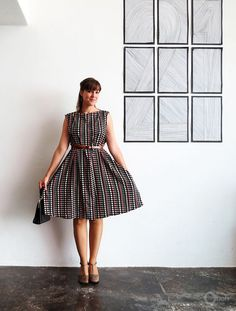 Vintage Sewing DIY Easy Vintage Style Dress - FREE Sewing Pattern / Tutorial - When I purchased this fabric, I was thinking of using it to make some art wall in my bedroom. Once back home, I realized that the pattern wouldn't match in the room. I guess I… 1950s Fashion Dresses, Vintage Style Dresses, Trendy Dresses, Simple Dresses, Vintage Dress, 1950s Dresses, Vintage Apron, Dresses Uk, Spring Dresses