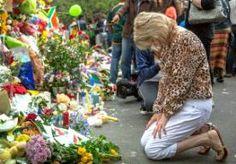 7-Dec-2013 15:36 - PROCESSIES VOOR NELSON MANDELA. Het stoffelijk overschot van Nelson Mandela wordt de komende week verschillende keren verplaatst in Pretoria. Daarbij wordt hij begeleid door een processie. Mandela ligt van woensdag 11 tot en met vrijdag 13 december opgebaard in een overheidsgebouw in de Zuid-Afrikaanse hoofdstad. Elke ochtend wordt zijn lichaam van een mortuarium naar het gebouw gebracht en aan het eind van de dag weer terug. De Zuid-Afrikaanse overheid heeft iedereen...
