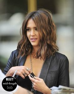 Jessica Alba's wavy bob is amazing! Check out the rest of the Top 5 Bob Hairstyles for Fall [ARTICLE] #wavybob #hairtrends