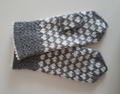Dye yarn in microwave oven. Knitted Mittens Pattern, Knitting Paterns, Knit Mittens, Knitting Charts, Knitted Gloves, Knitting Socks, Knitting Projects, Crochet Patterns, Fingerless Mittens