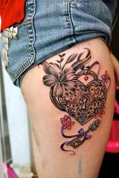 tatouage-jambe-coeur-cle-ibiscus
