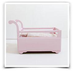 Berceau de poupée rose poudré des années 50, vendu avec un matelas, un oreiller et une couverture maison.Retrait sans frais : Entrez le code ATELIER à la fin de votre commande