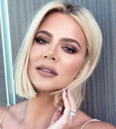 Keeping up with the Kardashian How to Raise Your Kids in a Balanced Way Although many everyone has t Khloe Kardashian Hair Short, Khloe Kardashian Outfits, Koko Kardashian, Khloe Hair, Kardashian Jenner, Light Hair, Blonde Hair, Short Hair Styles, Hair Beauty