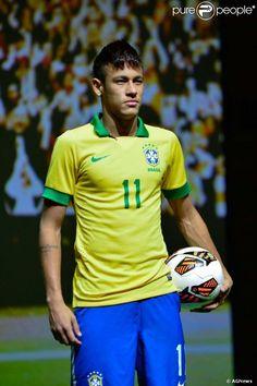 Após apresentação de Neymar no Barcelona, o jogador deve perder os treinos da seleção brasileira em 4 de maio de 2013 em função do atraso dos voos