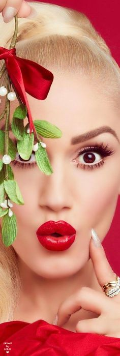 ❇Téa Tosh❇ Gwen Stefani… under the mistletoe! Elegant Christmas, Red Christmas, Christmas Themes, Christmas Photoshoot Ideas, Christmas Editorial, Under The Mistletoe, Christmas Wonderland, Christmas Photography, Beauty Shoot