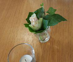 gro e silberne platte baumrinde vasen von ikea ranunkeln zweige weidenk tzchen etwas. Black Bedroom Furniture Sets. Home Design Ideas