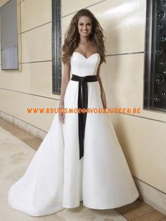 eenvoudige prinses strapless lieverd satijnen trouwjurk met zwarte sjerp