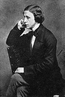 """Lewis Carroll, né le 27 janvier 1832, est un mathématicien, un écrivain et un photographe britannique. Il est principalement connu grâce à un film féerique, """"Alice aux pays des merveilles"""". Étant photographe Lewis Carroll prend des photos de petites filles de plus en plus déshabillées et une rumeur le qualifie alors de pédophile. LB"""