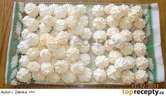 SNĚHOVÉ PUSINKY 4 bílky 7 dkg jemného krystalu 24 dkg cukru moučka. Z bílků a cukru krystal ušleháme tuhý sníh nad párou, dáme bokem a přimícháme přesátý cukr moučka (v mícháme ho vařečkou), můžete přidat kokos. Pečeme na 100°C asi 1 hodinu. Pomoci pytlíku a zdobičky děláme kopečky