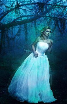 Haunted Wife - Photoshop - ©2012 - Kryseis-Retouche  Crédits :  Model : http://fr.depositphotos.com/10244221/stock-photo-Studio-portrait-of-pret...