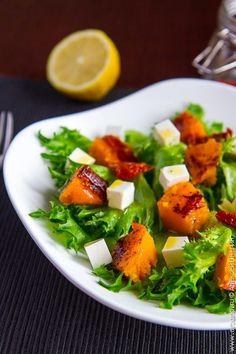 Сочетание пряной тыквы, которая крайне выигрывает от соседства с восточными специями, и соленой брынзы делают этот осенний салат простым и невероятно удачным. Top Salad Recipe, Salad Recipes, New Recipes, Cooking Recipes, Healthy Recipes, Pumpkin Vegetable, Tasty, Yummy Food, Caprese Salad