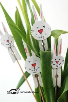 Easter bunny from painted clothes pins. Easter Arts And Crafts, Holiday Crafts For Kids, Easter Crafts For Kids, Spring Crafts, Wreath Crafts, Craft Stick Crafts, Preschool Crafts, Craft Ideas, Couronne Diy