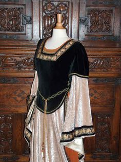 Court lady garb, 1120-1150.