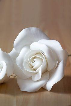 Voici une technique assez simple pour les débutants, pour réaliser une rose en pâte à sucre de taille moyenne, montée sur une base avec une tige floral et avec