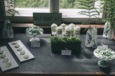 All green: candy bar with push-up-Cakes and homemade marshmallows | Dein Hochzeitsblog | green Wedding Inspiration | www.deinhochzeitsblog.com