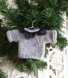 Bonjour à toutes et tous .. 3 mois ont passé depuis mon dernier article et il faut que je me rende à l'évidence..;; J'ai de moins en... Christmas Crafts, Xmas, Christmas Ornaments, Baby Knitting, Crochet Baby, Barbie Basics, Pullover, Miniature Dolls, Doll Clothes