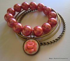 Conjunto de 4 pulseiras de metal e pérolas com pendente de metal com flor de resina