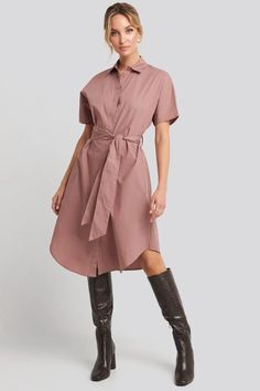 This midi dress features a waist belt, two pockets on the sides, short sleeves and button closures down the front. Belted Shorts, Jean Outfits, Pink Dress, Trousers, Short Sleeves, Shirts, Shirt Dress, Legs, Cotton