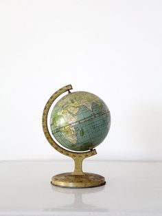 Dates from 1923 - 1932 This is a vintage J. Beautifully aged, the little globe features gorgeous tones and a map dating between 1923 and - small globe, 7 inch tin globe - World Globe Map, Map Globe, World Globes, Globe At Home, 1920s Home Decor, Great Gatsby Theme, Zinn, Find Objects, Globe Lights
