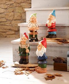 Ein absoluter Dekorations-Hit!  Mit diesen vier Zwergen holen Sie sich dekorative Wohnaccessoires in Ihr Heim.  Die Skulpturen lassen sich vielseitig dekorieren und passen in jede Landhaus-Einrichtung.  Die lustigen Gartenzwerge sind aus Keramik gefertigt und wurden liebevoll, detailreich gestaltet.  Maße (B/T/H): je ca. 12/9/30 cm.  Artikeldetails:  Lustige Gartenzwerge, 4 verschiedene Ausführ...