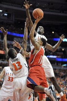 Illinois-Chicago's Pat Birt goes up for a shot against Illinois' Tracy Abrams and Nnanna Egwu during an NCAA basketball game in Chicago. Illinois won 74-60. (AP Photo/Paul Beaty)