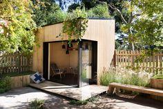 petit chalet de jardin habitable en bois et métal transformé en coin lecture moderne