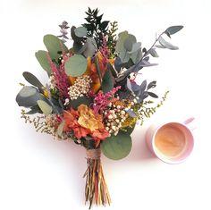 Ramo de flores preservadas de colores // Colorful boho wedding bouquet by Margot Blanxart