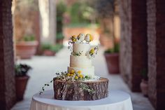 Love this way of displaying a wedding cake - or any cake.