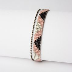 Bead weaving pattern, love the color combination! 5 beads wide