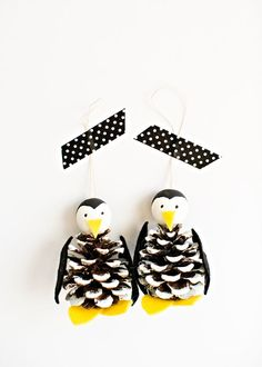 Winter tree crafts for kids pine cones 28 new ideas Penguin Christmas Decorations, Penguin Ornaments, Penguin Craft, Pinecone Ornaments, Diy Christmas Ornaments, How To Make Ornaments, Christmas Holiday, Christmas Signs, Christmas Tree Pinecones