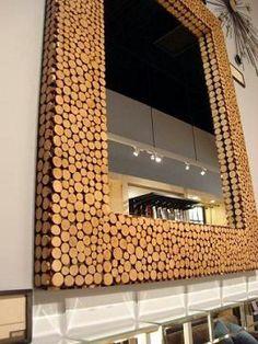 Espejo decorado con corchos