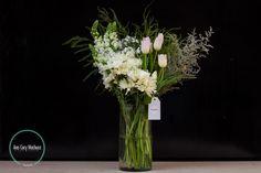 Jarrón con perritos, limonium, plumoso, tulipanes y surtido