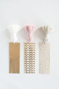 Slice up strips of pretty cardstock and add tassels to them for easy-to-grab bookmarks. - Slice up strips of pretty cardstock and add tassels to them for easy-to-grab bookmarks. Diy Tassel, Tassels, Tassles Diy, Tassel Bookmark, Diy Simple, Easy Diy Christmas Gifts, Cheap Christmas, Diy Y Manualidades, Diy Bookmarks