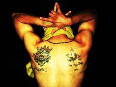 The Latin King showing his Latin King tattoo. Photo by Javier Ramirez in 2009 (Wikimedia)