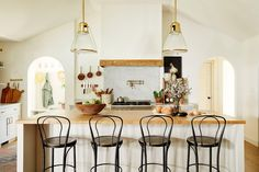 European farmhouse style is a combination of the relaxed, at-home feel of the American farmhouse, mixed with the old-world feel of European elegance. Rustic French Country, French Farmhouse, Farmhouse Style, Farmhouse Interior, Farmhouse Design, Cottage Homes, Cottage Style, Countryside Kitchen, French Countryside
