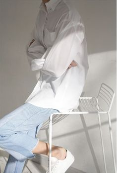 This Oversized white shirt with jeans outfits ideas 19 image is part from 25 Fabulous Ideas to Wear Oversized White Shirt with Jeans Outfits gallery and article, click read it bellow to see high resolutions quality image and another awesome image ideas. Camisa Oversized, Oversized White Shirt, White Shirt And Jeans, Fashion Mode, Minimal Fashion, Look Fashion, Fashion Outfits, Womens Fashion, Star Fashion