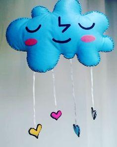 """Ownt que fofo! Olha esse mobile Dom Gato em formato de nuvem com chuva de corações. ☁💛❤💙 Para ficar perfeito tem aroma de """"cheirinho de bebê"""". É muita fofura reunida!  #mobile #nuvem #coracao #instababy #maternidade #gestante #gravidez #gravidas #maternity #pregnancy #filho #filhos #bebe #baby #nenem #universomaterno #mundodemaes #universopaterno #maedeprincesa #paideprincesa #maedemenino #maedemenina"""