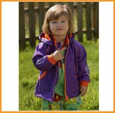 Hele toffe softshell jas van Ej Sikke Lej. De jas is paars met een grote oranje uil op de achterzijde en oranje accenten.Afneembare kap met drukknopen.2 zakken vooraan.Binnenkant gevoerd met oranje fleece. Onderaan kan de jas aangetrokken worden met een touwtje. De jas is aan de buitenzijde water-en winddicht en hierdoor bijna heel het jaar te dragen (op iets koudere dagen met een warme trui). Superkwaliteit! De jas valt op maat.Samenstelling: 94% polyester, 6% elasthane.Wassen op 30°