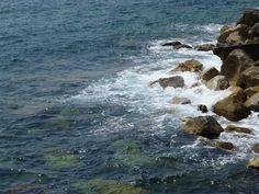 Ook deze rotsen in het water heb ik zelf gefotografeerd op de Cinque Terre in Italië. De rotsen en het water zijn allebei structuur.
