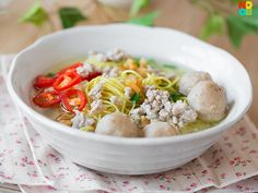 Recipe for Singapore hawker bak chor mee soup (minced meat noodles) with dumplings and pork balls.