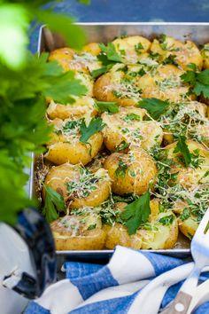 Krossad potatis i ugn är ett fint och bra alternativ till klyftpotatis eller helt vanlig kokt färskpotatis såhär i grilltider. Det är enkelt att göra och går att variera i det oändliga med olika smake